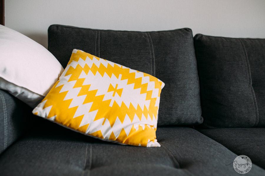 żółta poduszka detale mieszkania