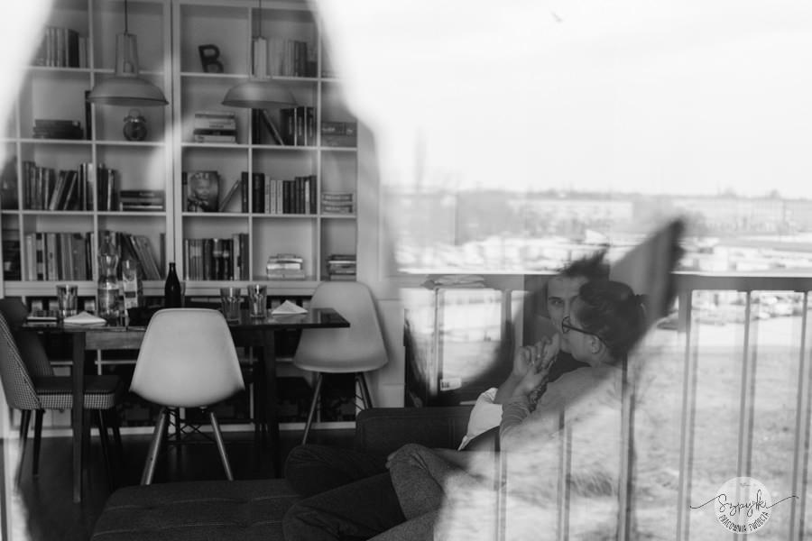 sesja narzeczeńska w mieszkaniu
