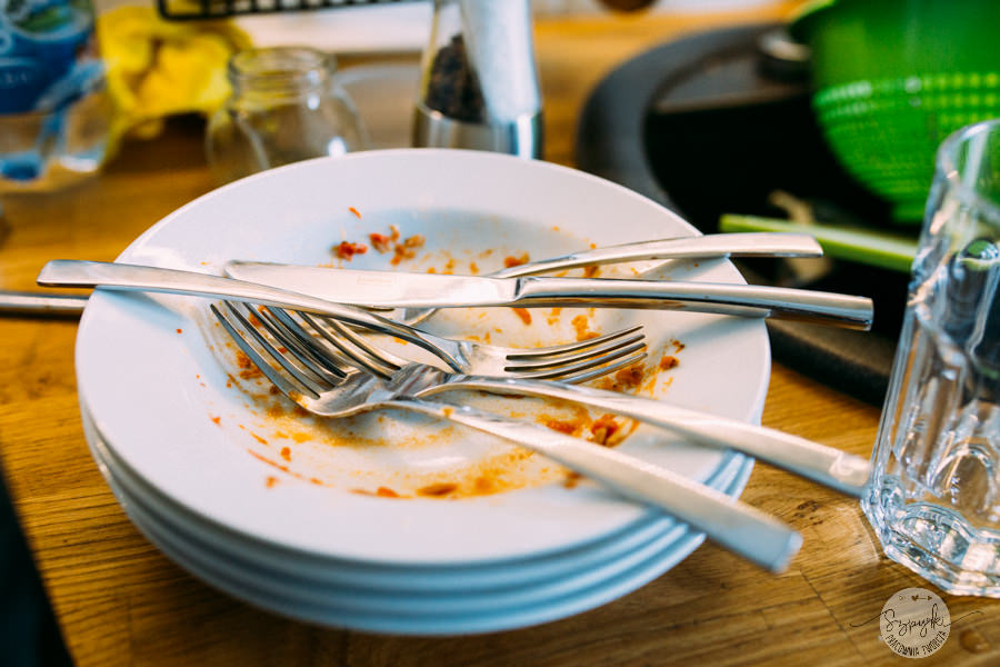 brudne talerze po obiedzie