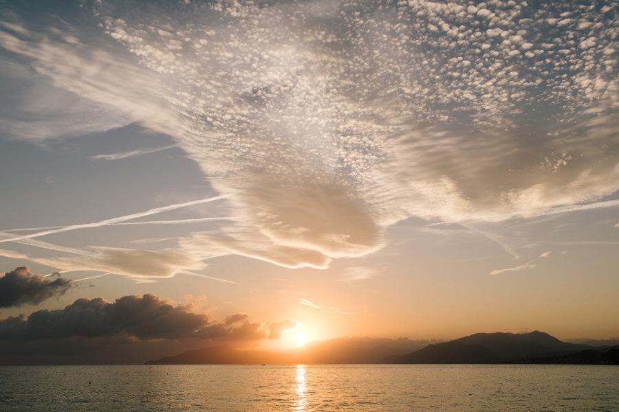 zachód słońca nad morzem we włoszech