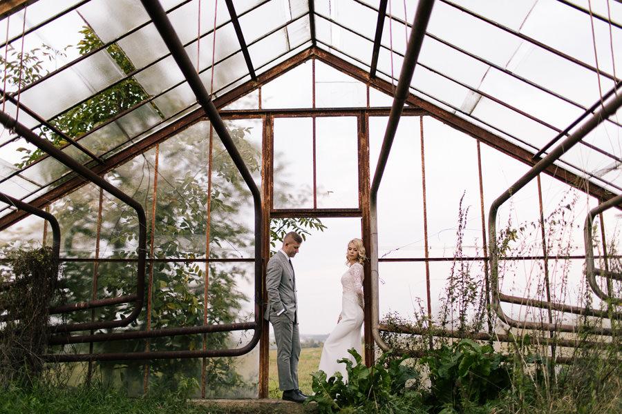 rustykalna sesja ślubna w szklarni kraków
