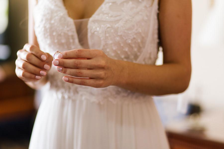 na którym palcu pierścionek zaręczyowy podczas ślubu