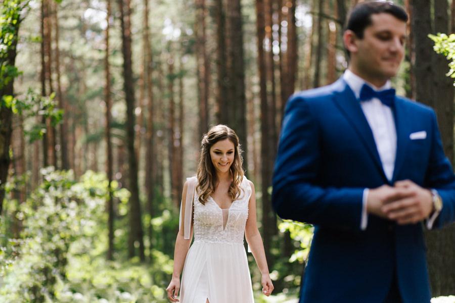 wzruszający first look przed ślubem w lesie