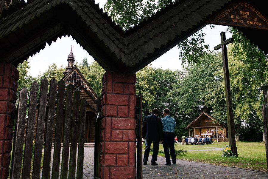 Jak zorganizować ślub kościelny w plenerze