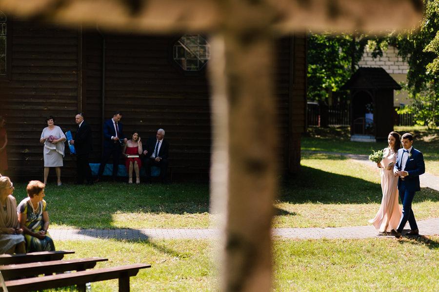 wejście pana młodego plenerowy ślub kościelny