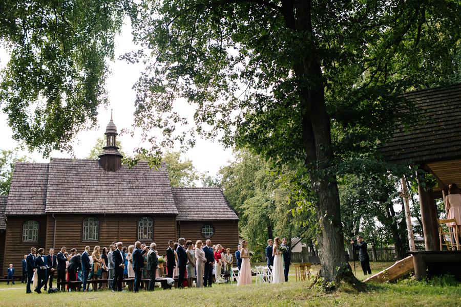 ślub kościelny pod chmurką