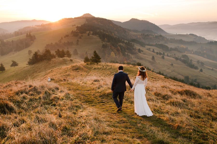 sesja poślubna o wschodzie słońca, wschód słońca w Pieninach, para młoda w górach