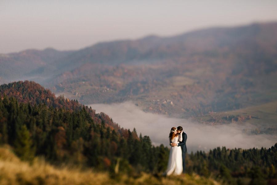 sesja poślubna w Pieninach, mgły o wschodzie słońca, wschód słońca w górach