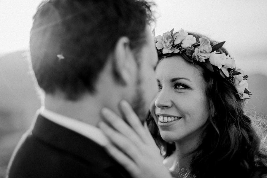 panna młoda, uśmiech panny młodej, wianek ślubny, wianek na sesję