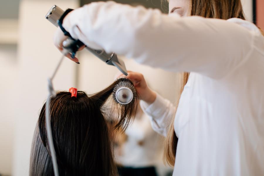 fryzjerka podczas pracy, zdjęcie fryzjerki, zdjęcie wizerunkowe fryzjerki