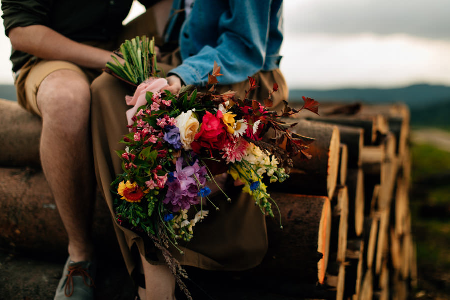 Portret przyszłej panny młodej, portret na sesji narzeczeńskiej, kwiaty na sesję narzeczeńską