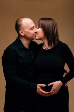 w co ubrać się na sesję ciążową, czarna sukienka ciążowa